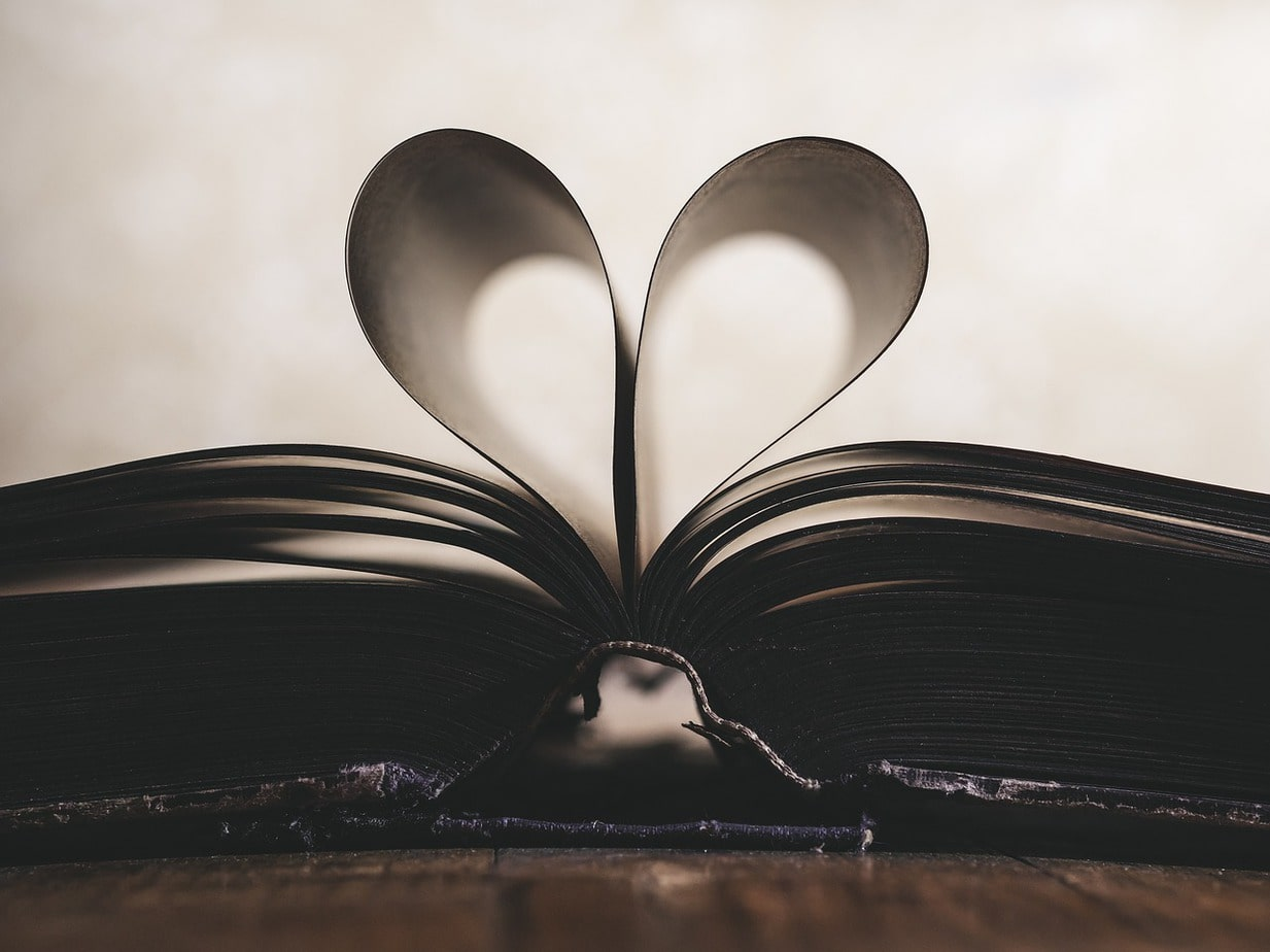 2 pages d'un livre forment un cœur.