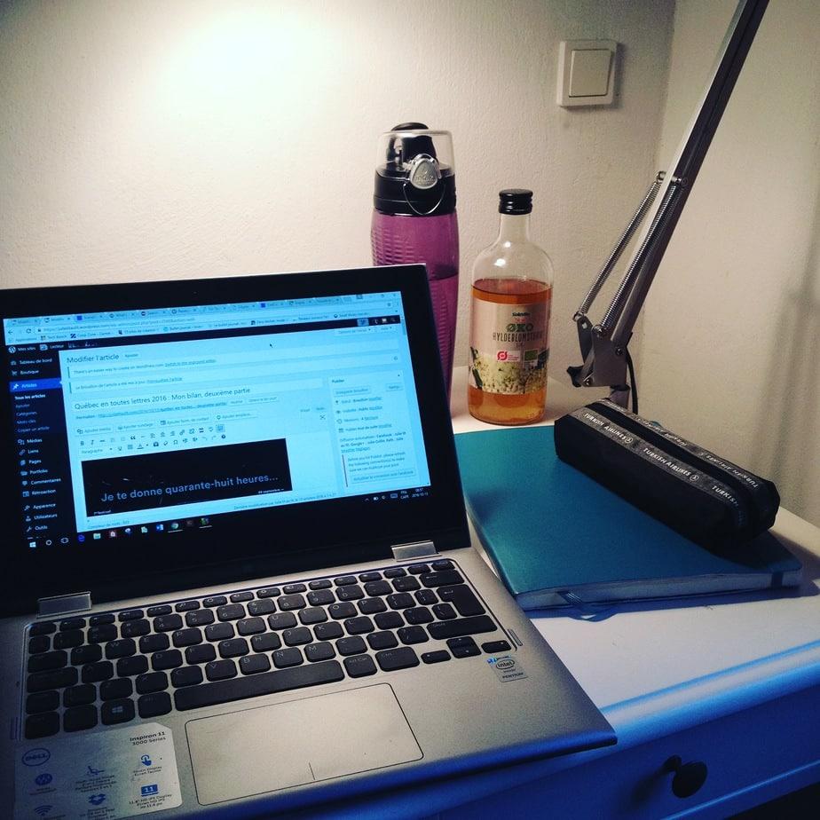 Mon bureau à Copenhague : ordinateur, cahier Moleskine, crayons de couleur, de l'eau et du jus de sureau.