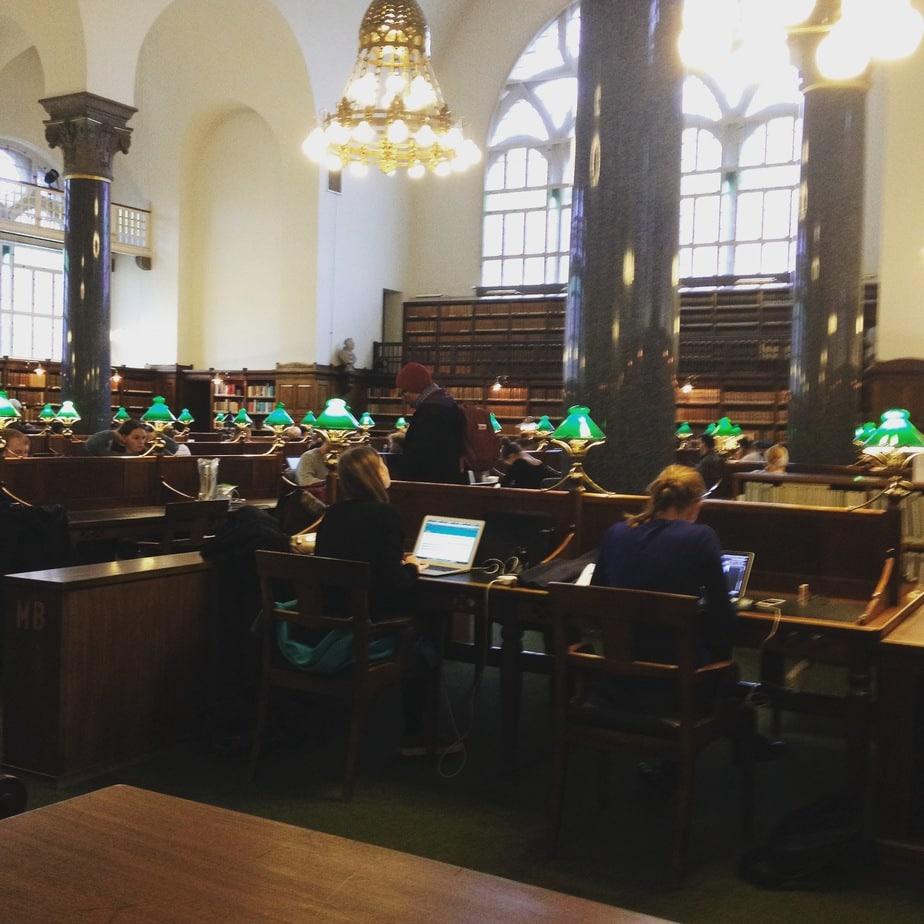 Je me visualise dans cette salle de lecture lorsque j'écris. J'adore l'ambiance de cet endroit.