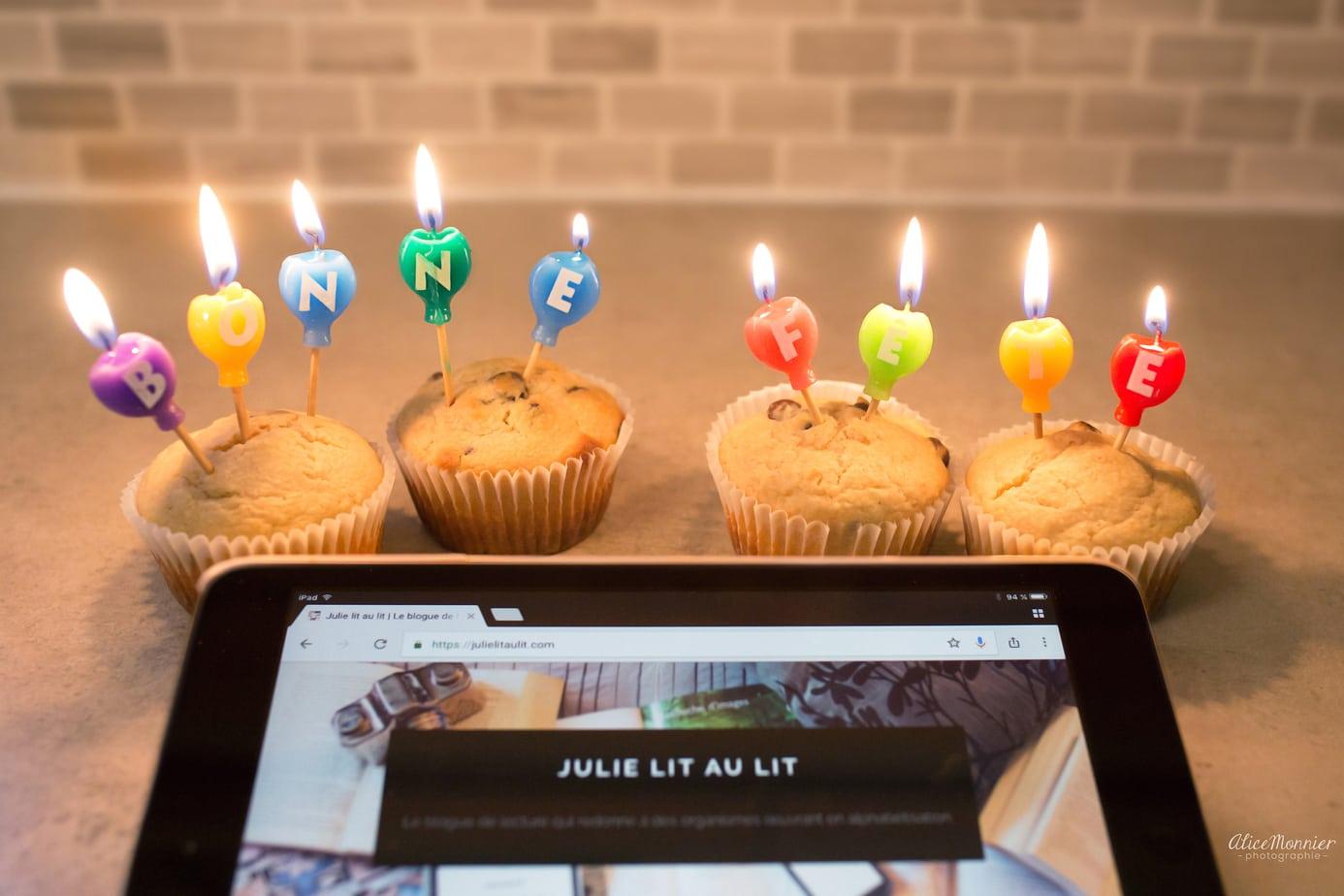 On célèbre l'anniversaire du blogue avec des gâteaux et des chandelles.