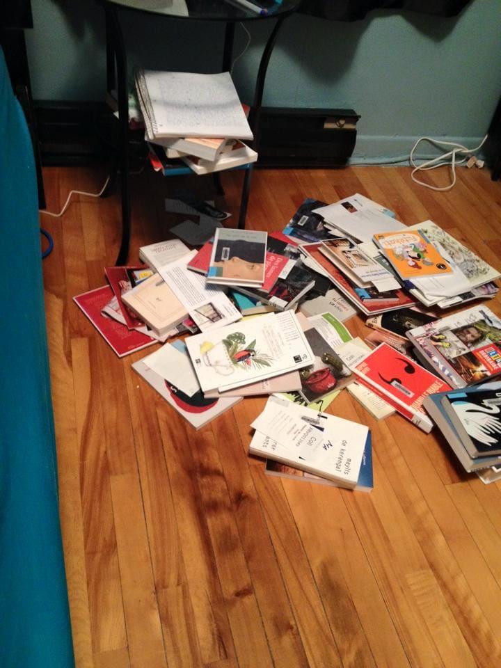 Les livres près de mon lit. C'est le bordel!